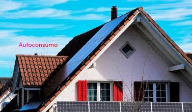 Casa con placas solares para autoconsumo eléctrico