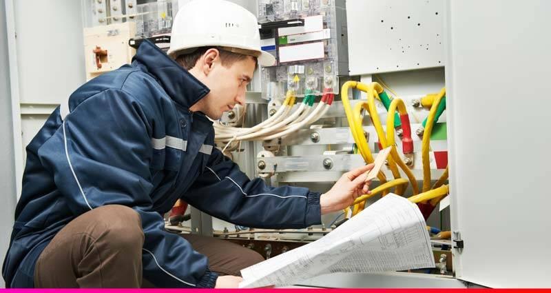 Electricista trabajando en un enganche de electricidad