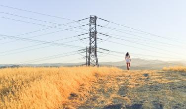 Paisaje con torre de eléctricidad
