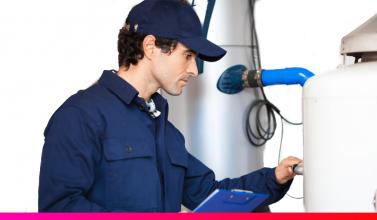 Inspector realizando una revisión periódica del gas natural